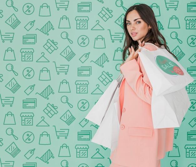 Cópia-espaço, mulher bonita, segurando sacolas de compras