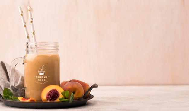 Copie a bebida saudável do smoothie de pêssegos do espaço Psd grátis