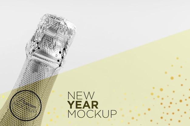 Copie o mock-up da garrafa de champanhe no espaço de ano novo
