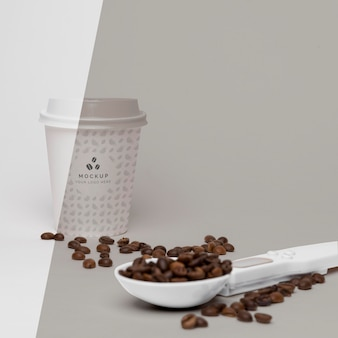 Copo de plástico com grãos de café