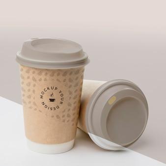 Copo de plástico com simulação de café na mesa