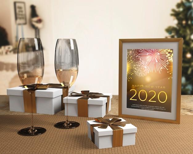 Copos com champanhe preparado para noite de ano novo