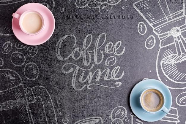 Copos de cerâmica com café da manhã aromático acabado de fazer em um fundo de couro ecológico artificial preto de maquete, copie o espaço. postura plana.