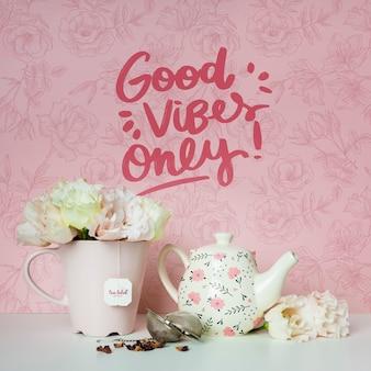 Copos e flores com citações motivacionais