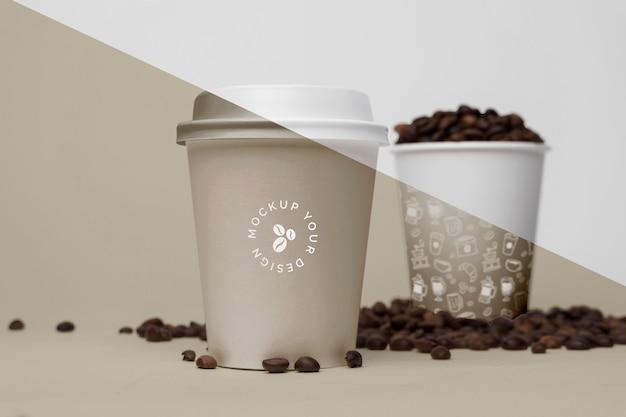 Copos plásticos com grãos de café