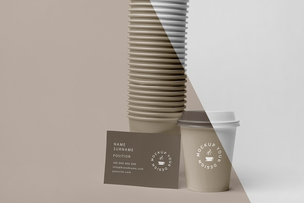 Copos plásticos com simulação de café na mesa Psd grátis