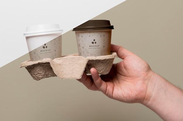 Copos plásticos com simulação de café no suporte
