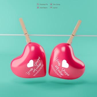 Corações dos namorados pendurados em maquete de prendedores de roupa isolados