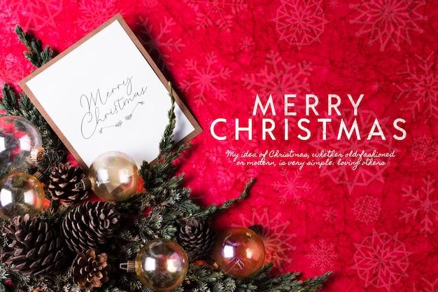 Coroa e cartão na mesa para o dia de natal