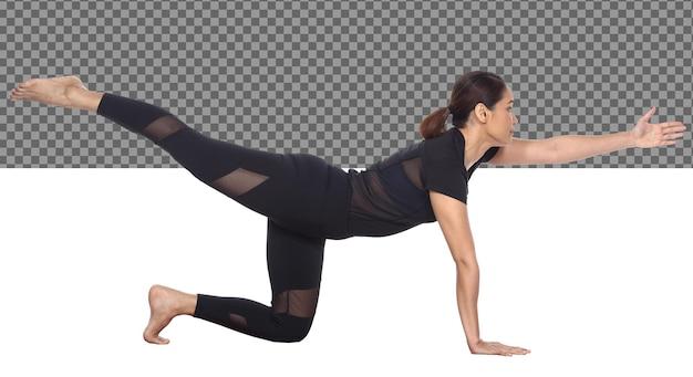 Corpo esguio de comprimento total pele bronzeada 30s 40s mulher asiática de ioga em um vestido de spandex preto, isolado. menina do esporte exercita prática de cabelo preto curto yoga fitness poses em meditação, fundo branco do estúdio