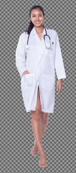 Corpo inteiro de 20 anos médico asiático mulher em uniforme de laboratório estetoscópio de cabelo preto sorri isolado, enfermeira de pele bronzeada caminha em direção reta no hospital médico, iluminação de estúdio de fundo branco