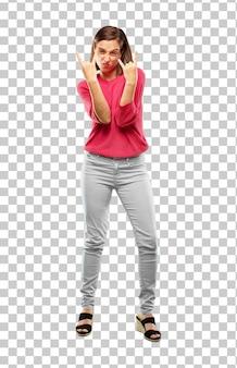 Corpo inteiro de mulher jovem. cantando rock, dançando, gritando, gesticulando de maneira rebelde e irada.