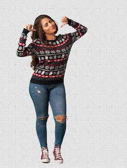 Corpo inteiro, mulher jovem, desgastar, um, natal, jersey, apontar dedos, exemplo, seguir