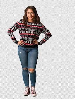 Corpo inteiro, mulher jovem, desgastar, um, natal, jersey, com, mãos quadrils