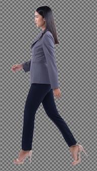 Corpo inteiro snap figure, 20s mulher de negócios asiática inteligente em calças de terno blazzer cinza, isolado. garota de pele bronzeada tem cabelo preto comprido e liso caminhar para a esquerda sorriso sobre fundo branco estúdio