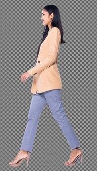Corpo inteiro snap figure, 20s mulher de negócios asiática inteligente em calças de terno blazzer creme, isolado. garota de pele bronzeada tem cabelo preto comprido e liso caminhar para a esquerda sorriso sobre fundo branco estúdio