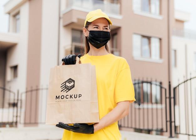 Courier segurando maquete de bolsa