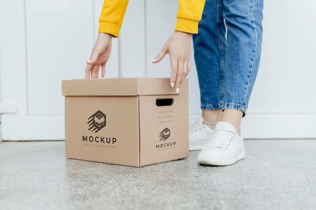 Courier segurando maquete de caixa