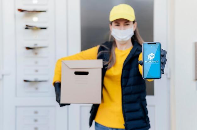 Courier segurando maquete de telefone