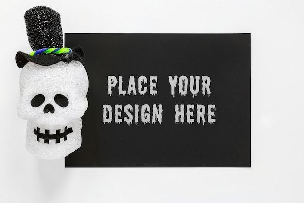 Crânio sorridente com chapéu preto