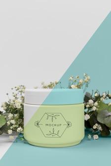 Creme de produtos de beleza com maquete de plantas