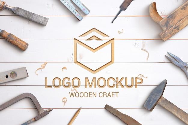 Criador de cena de maquete de logotipo de escultura em madeira