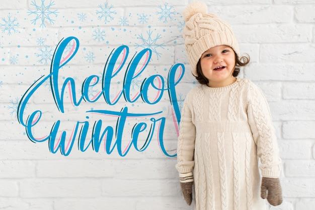 Criança bonita com maquete de inverno