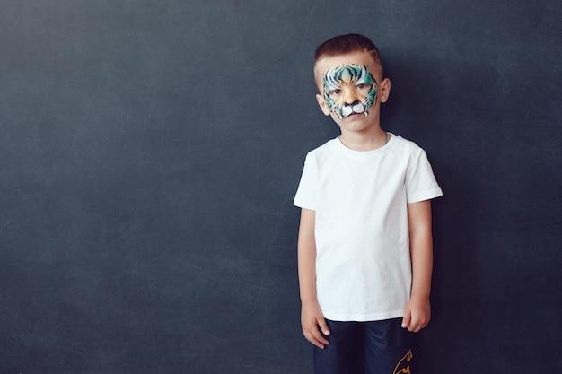 Criança bonita vestindo uma maquete de camisa