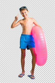 Criança nas férias de verão, contando o número um sinal