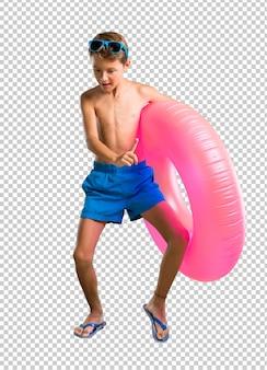 Criança nas férias de verão ouvindo música e dança