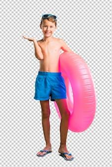 Criança nas férias de verão segurando copyspace imaginário na palma da mão