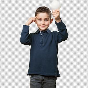 Criança segurando uma lâmpada