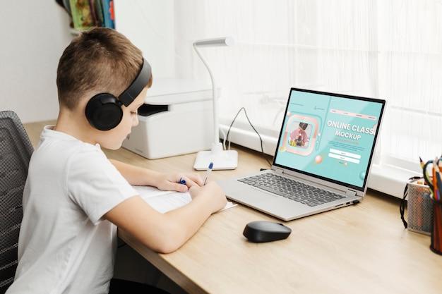 Criança tiro médio com laptop