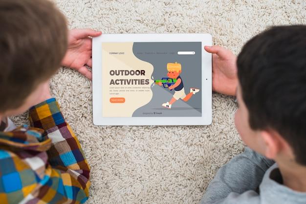 Crianças agradáveis de close-up com tablet dentro de casa