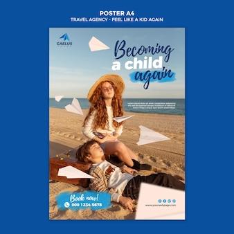 Crianças na praia com modelo de cartaz de agência de viagens