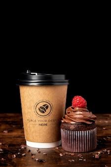 Cupcake delicioso e xícara de café