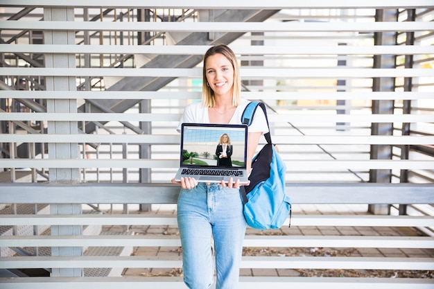 De volta ao conceito de escola com laptop apresentando menina