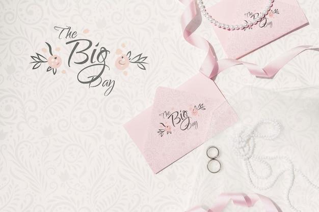 Decoração de casamento em tons de rosa com envelopes