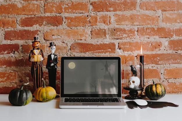 Decoração de halloween em uma mesa