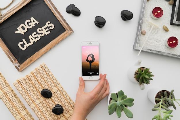 Decoração de ioga pacífica com smartphone