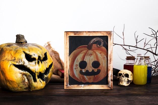 Decoração de mesa de halloween com retrato de abóbora esculpida