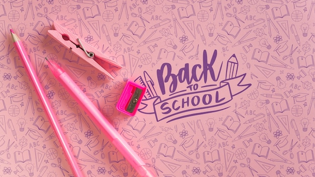 Decoração plana leiga com material escolar rosa