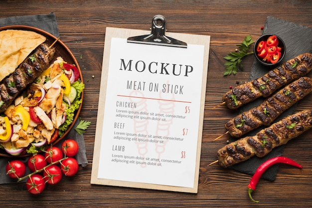 Deliciosa maquete de espetos de carne com menu de restaurante