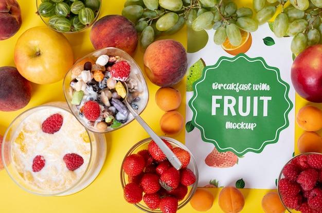 Delicioso café da manhã com frutas com maquete de energia