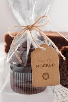 Delicioso muffin em embalagem transparente