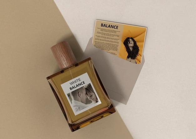 Descrição do perfume perto do frasco de perfume