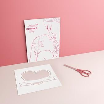 Desenho de mãe e tesoura com maquete