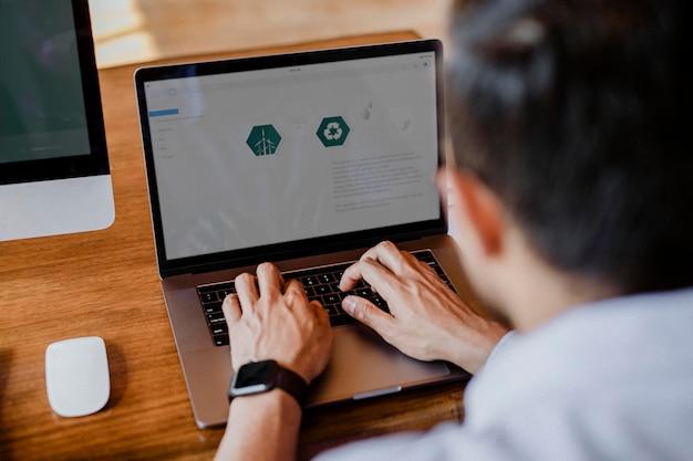Desenvolvedor da web usando um laptop