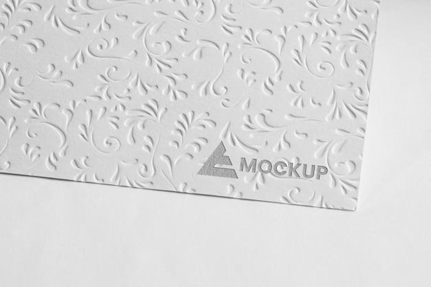 Design de logotipo de mock-up em cartões de visita