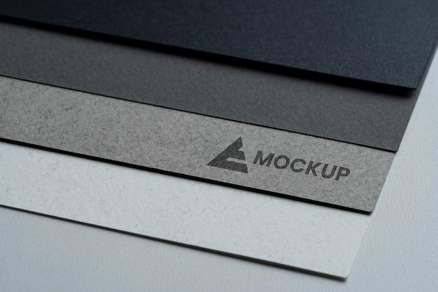 Design de logotipo de mock-up em diferentes papéis
